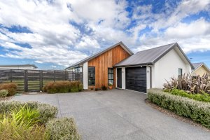 Near New 3 Bedroom Home on 572 Sqm Grounds